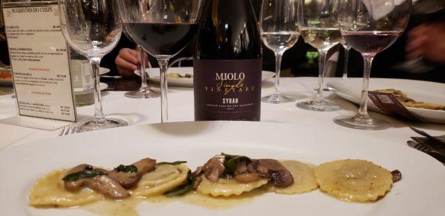 Para acompanhar o Raviolli de Vitelo foi servido o Syrah da linha Miolo Single Vineyard