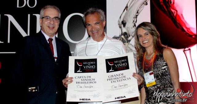 Leonildo Santana ladeado por Carlos Paviani, do Ibravin, e Etiene Carvalho do Blog Vinho Tinto em premiação realizada em São Paula pela revista Mesa