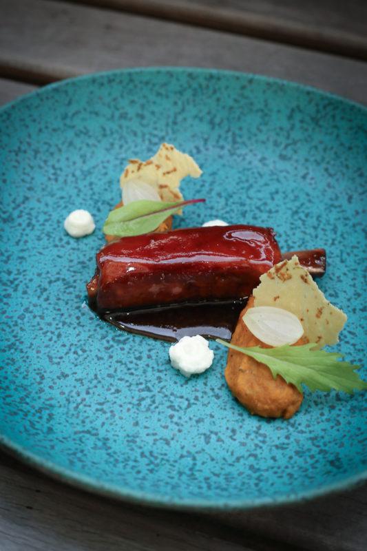 Costelas de porco ao molho de tamarindo, soja e gengibre com purê rústico de grão de bico, cebola e limão