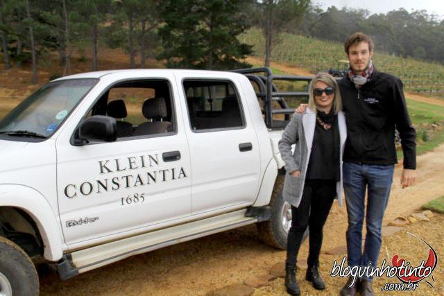 Eu e Sebastian Pooler, responsável pela área de turismo da Klein Constantia, durante passeio nos vinhedos.