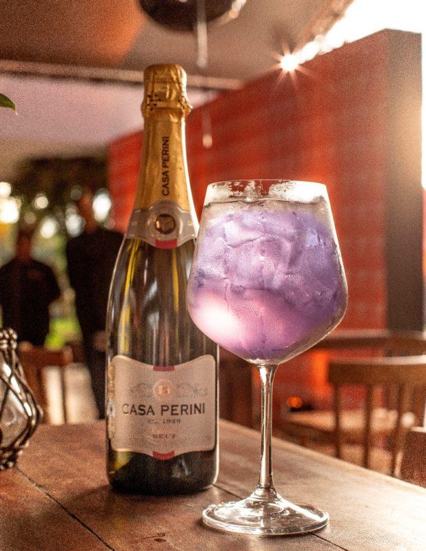 Coquetel Wine and Flowers(espumante brut e xarope de violeta) com produtos Perini