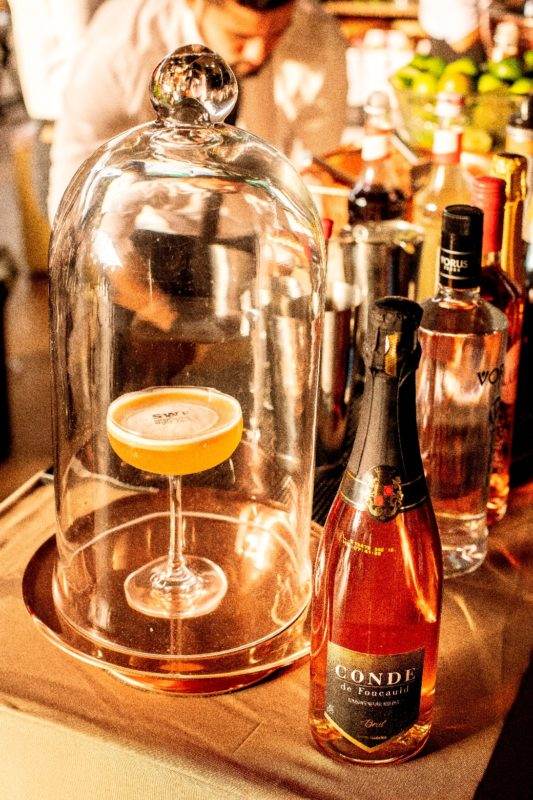 Drink Me(espumante rosé, purê de pêssego e xarope de limão siciliano) com produtos Aurora