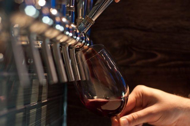 Vinho Encanado sendo servido em taça
