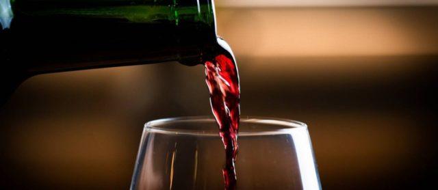 Garrafa e taça de vinho