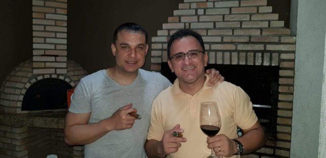 Cintra curtindo um bom charuto junto com seu amigo e sommelier Eugenio Cue