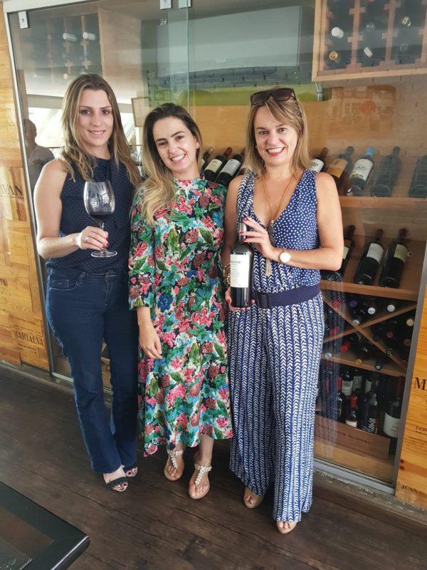 Patrícia, proprietária do restaurante Quitinete, ladeada (à dir.) por Etiene Carvalho e (à esq.) por Bianca Dumas