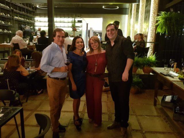 Eu e Sílvia Rejane Soares, proprietária da Más Vino, ladeadas à direita pelo comediante Rodolfo Cordón e à esquerda pelo proprietário da Quinta do Portal, Pedro Mansilha.