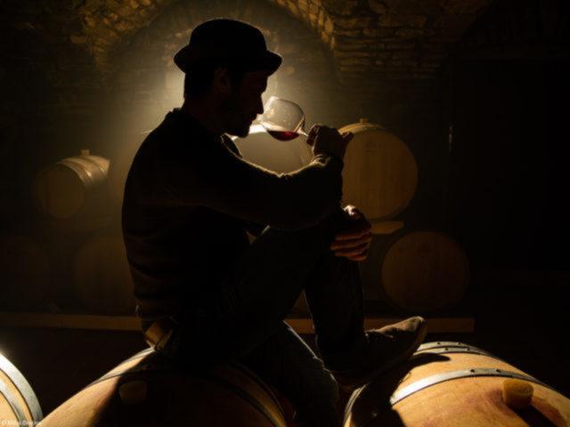 Pinot Noir Barrel Sampling At Pasji Rep Wines, Vipava Valley, do fotógrafo esloveno Miha Bratina Enólogo degusta um Pinot Noir