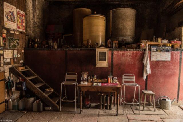 Aladdin, do fotógrafo britânico  John Wyand   Na Vila de Russilly, na Côte Chalonnaise (Borgonha, França), uma vinícola abandonada é local usado pela família para conversar e compartilhar garrafas de vinho