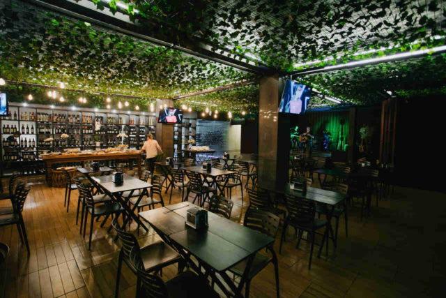 Área interna do Amsterdam Wine Bar & Beer Garden - Foto Rayan Ribeiro