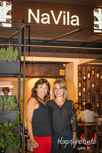 eu, ao lado de Eliane Simões, sócia-proprietária e sommelier responsável pela carta de vinhos do local