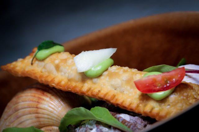 Mini pastel de camarão, marguerita e aioli de manjericão - crédito Inove Aceleradora